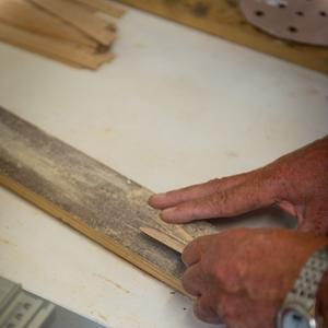 Opdrachten in het houtatelier: kantkloslatjes