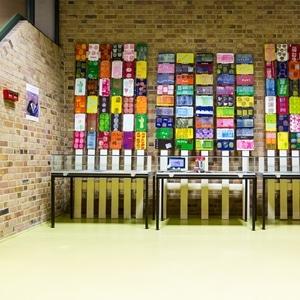 opdrachten van het houtatelier: maken van leesplankjes voor de bibliotheek