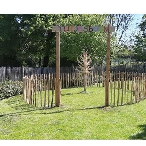 Producten van het houtatelier: voorstelling van de houten tutjesboom